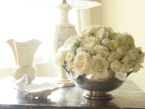 white-flower-arrangement-for-romantic-living-room-idea-get-a